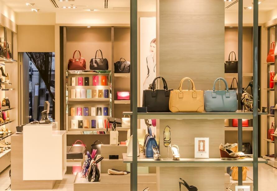 20e6aca374a9cd Innym okresem są promocje, które organizowane są w związku ze zmianą sezonu  – wówczas można kupić wiele ubrań, które dla sprzedawców należą do  poprzedniego ...